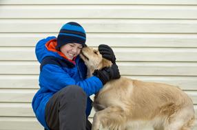 Ein Hund im Winter Szenenbild 5