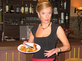 Monika Gruber ist Kellnerin Monique Szenenbild 2